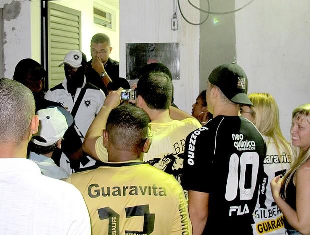 Seedorf botafogo na saída de são januário (Foto: Thales Soares)