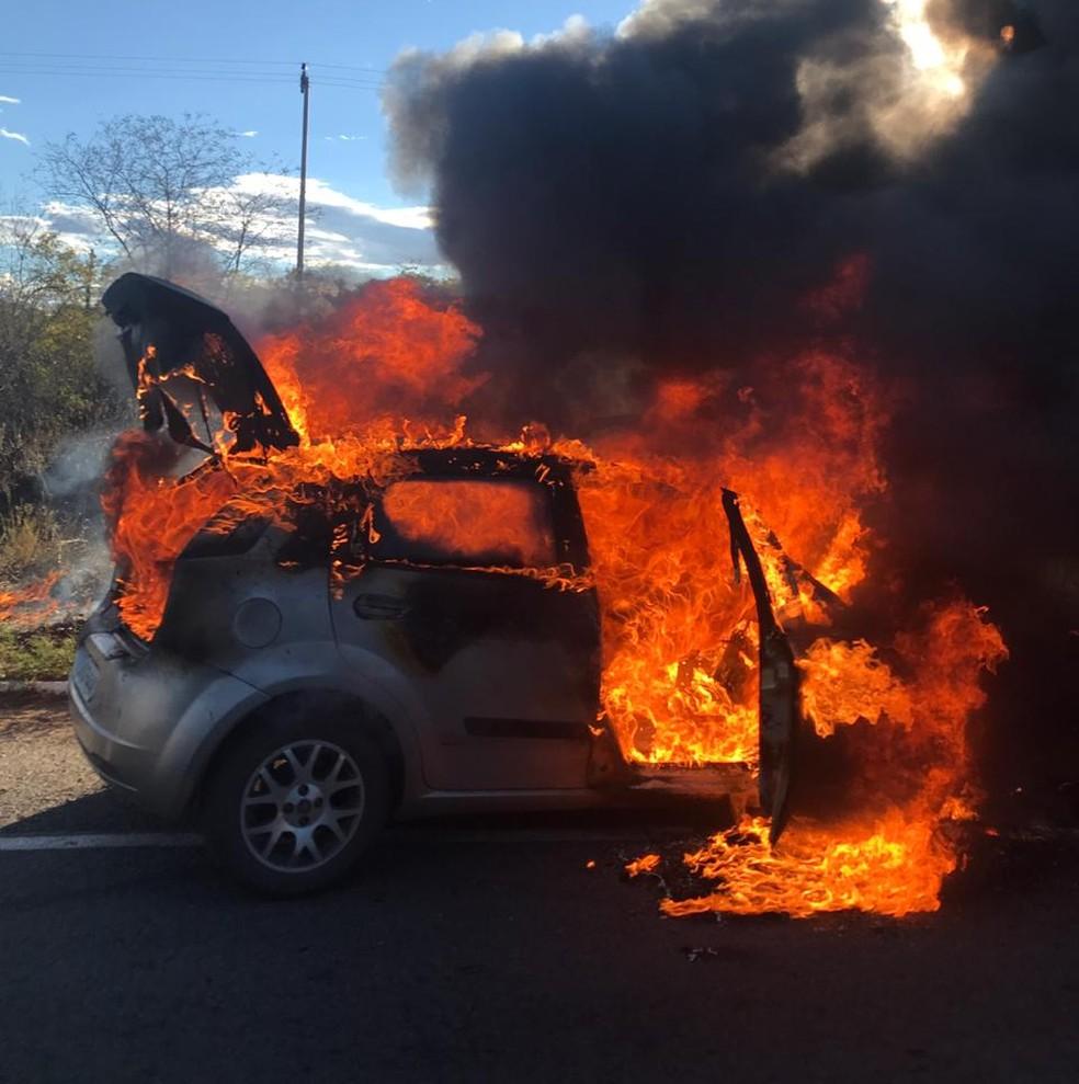 Carro pega fogo após colisão com veículo e cinco pessoas ficam feridas na BR-116, no Ceará — Foto: Divulgação/PRF