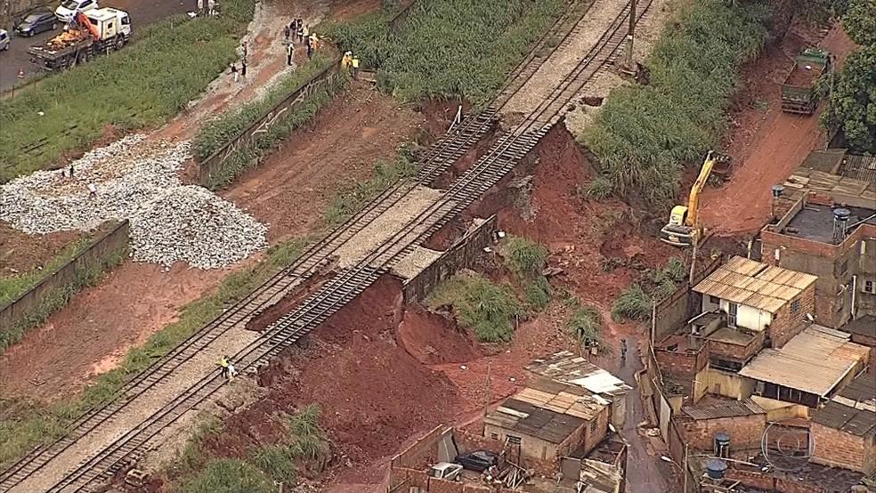 Aterro de ferrovia desaba e causa transtornos em Contagem (Foto: Reprodução/TV Globo)