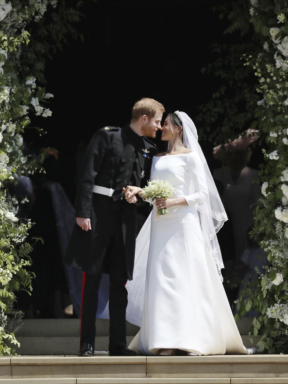 81fd04a2a ... no Príncipe Harry e Meghan Markle se beijam após casamento na Capela de  São Jorge, no