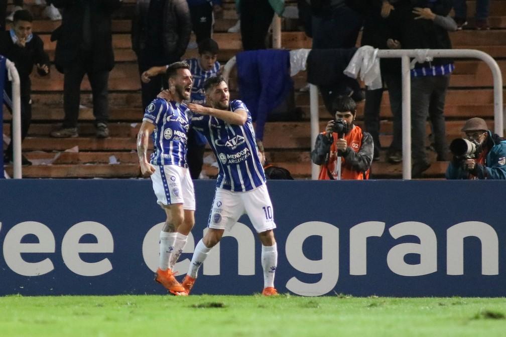 Ángel González (à esquerda) foi vendido pelo Godoy Cruz para o Estudiantes — Foto: EFE