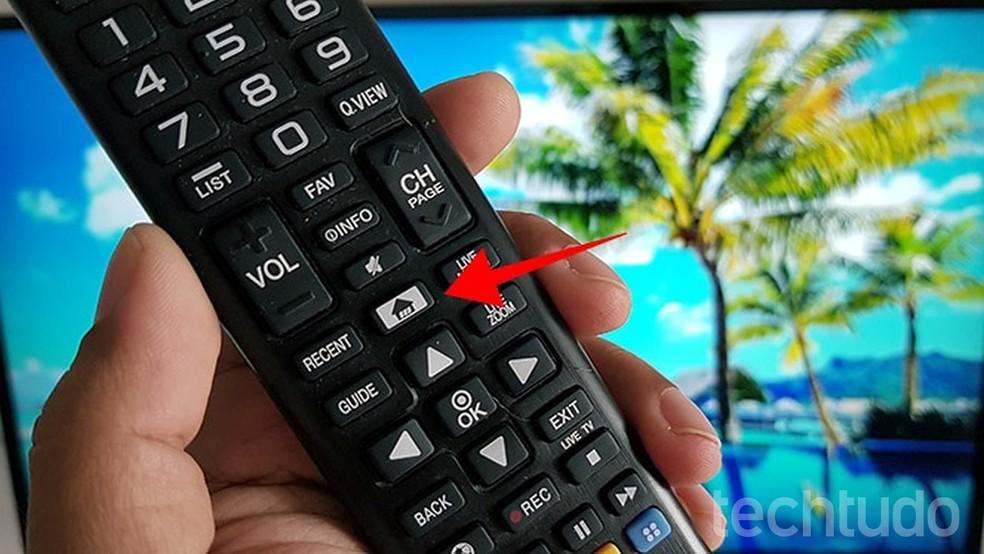 Botão para acessar o menu de aplicativos de uma smart TV da LG — Foto: Paulo Alves/TechTudo