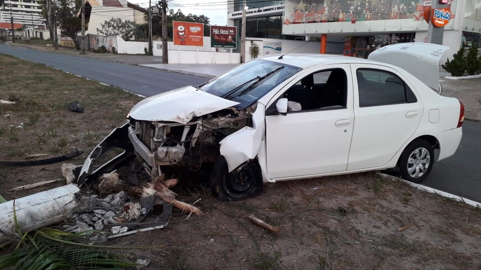 Veículo de passeio ficou completamente destruído após o acidente — Foto: Luís de França/TV Mirante