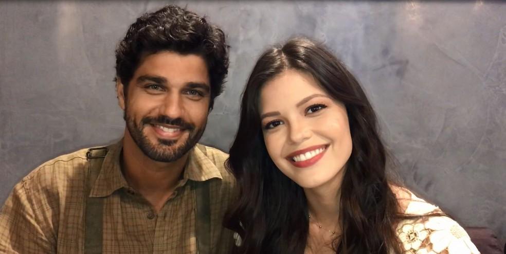 Bruno Cabrerizo e Vitória Strada após a gravação da cena que marca o reencontro de Maria Vitória e Inácio (Foto: Gshow)