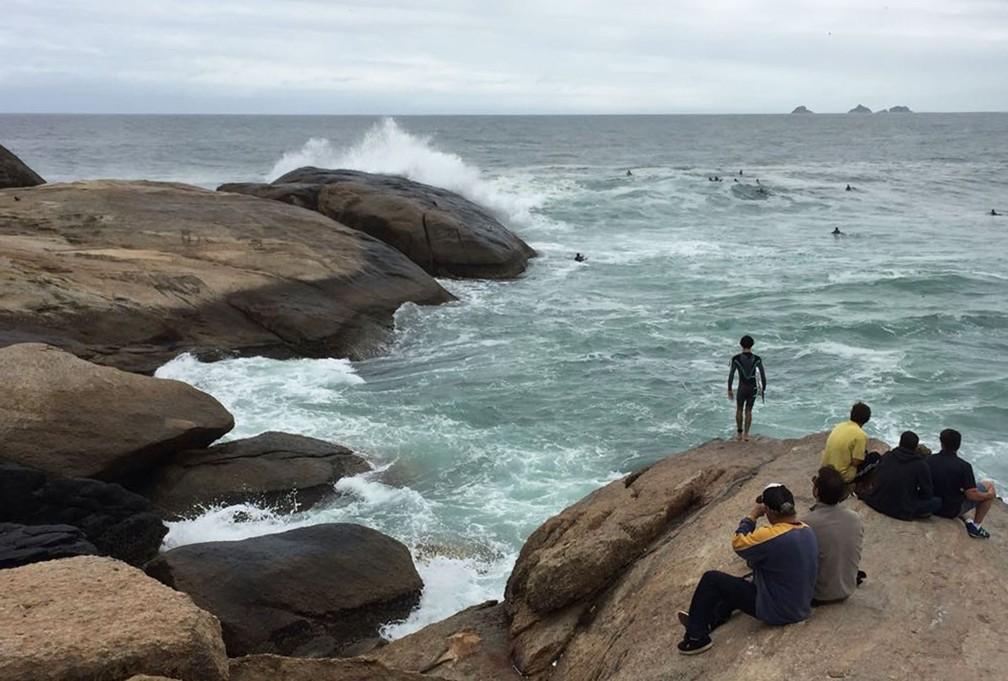 Surfistas e curiosos no Arpoador (Foto: Andressa Gonçalves/G1)