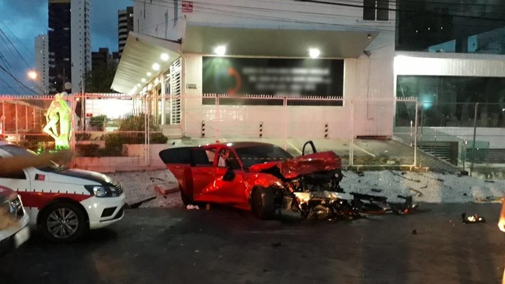 Motorista do carro de luxo vermelho fugia da polícia quando bateu em outro carro em um cruzamento em Manaíra, João Pessoa — Foto: Yanka Oliveira/TV Cabo Branco