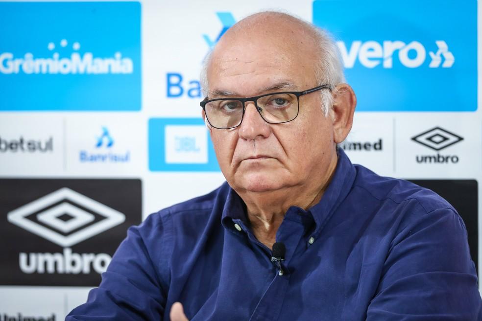 Romildo Bolzan anunciou a saída de Klauss Camara — Foto: Lucas Uebel/Grêmio
