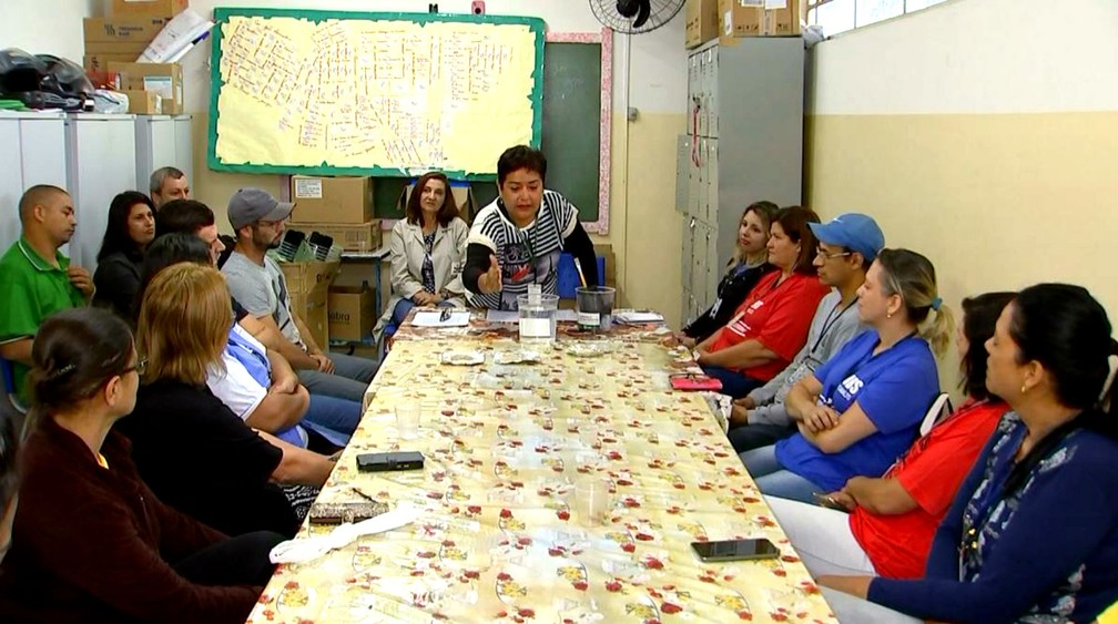 Elvira Zamora explica funcionamento da armadilha a agentes de saúde de Marília (Foto: Reprodução/TV TEM)