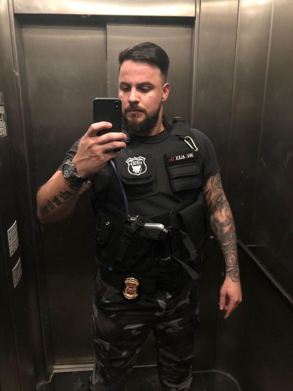 Falso policial diz que tirava fotos com arma e uniforme da polícia para atrair mulheres em Cuiabá (Foto: Polícia Civil de MT/Divulgação)