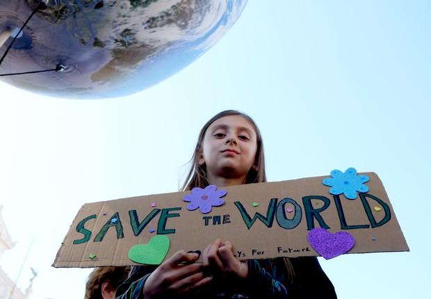 Menina participa dos protestos em defesa do ambiente em Roma, na Itália (Foto: Simona Granati - Corbis/Getty Images)