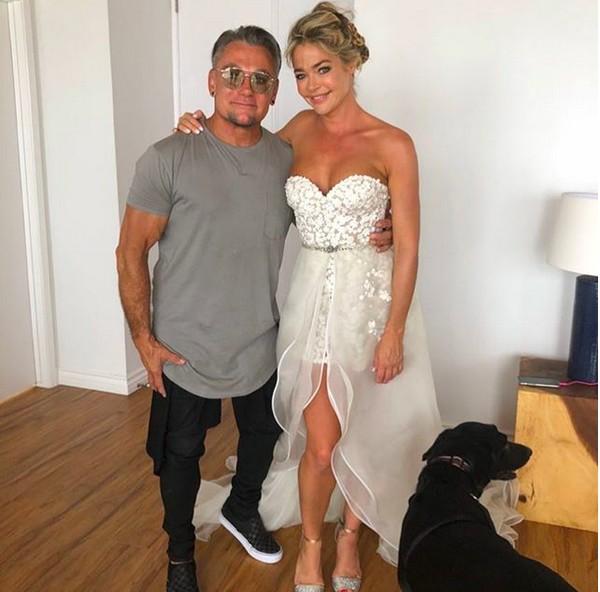 A atriz Denise Richards com o estilista responsável por seu vestido de casamento (Foto: Instagram)