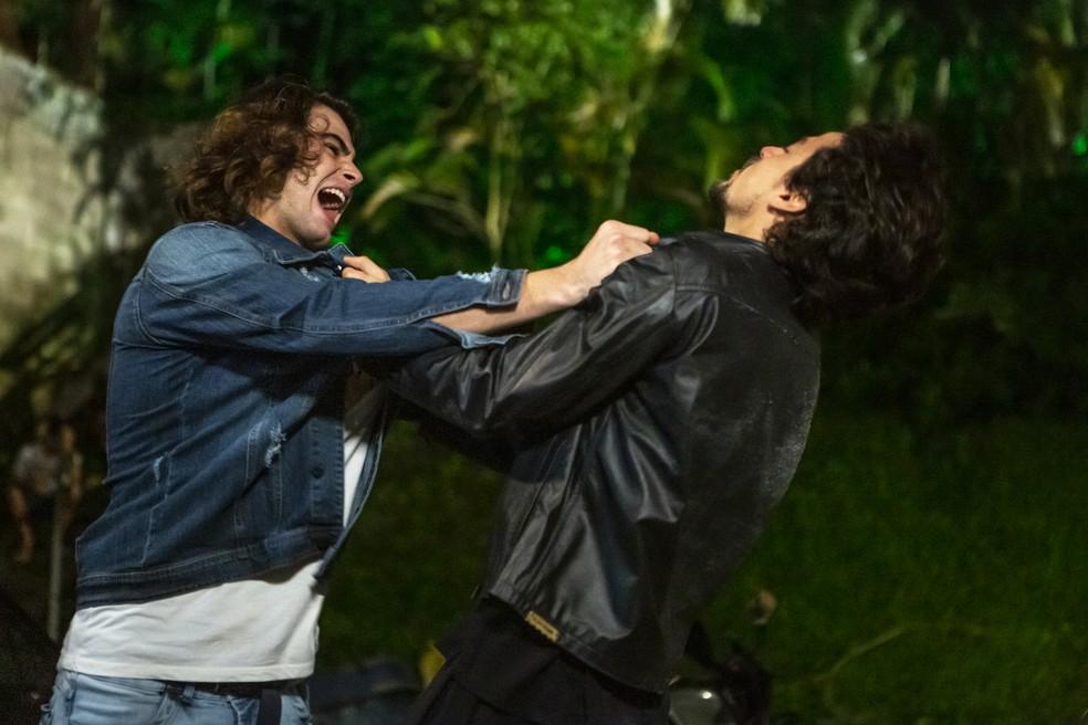 João (Rafael Vitti) e Jerônimo (Jesuíta Barbosa) trocam socos e pontapés 'Verão 90' — Foto: Isabella Pinheiro/Gshow