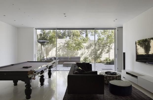 Casa de concreto em Israel camufla segundo andar com estética minimalista (Foto: Omri Amsalem/Divulgação)