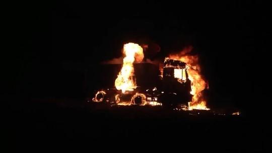 Vídeo mostra carreta pegando fogo na BR-365 no Triângulo Mineiro