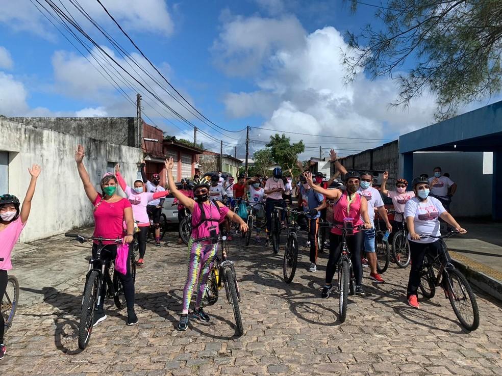 """""""Pedalada Rosa"""" reuniu aproximadamente 30 ciclistas e percorreu cerca de 4 km nesta sexta (23). — Foto: Anna Alyne Cunha/Inter TV Cabugi"""