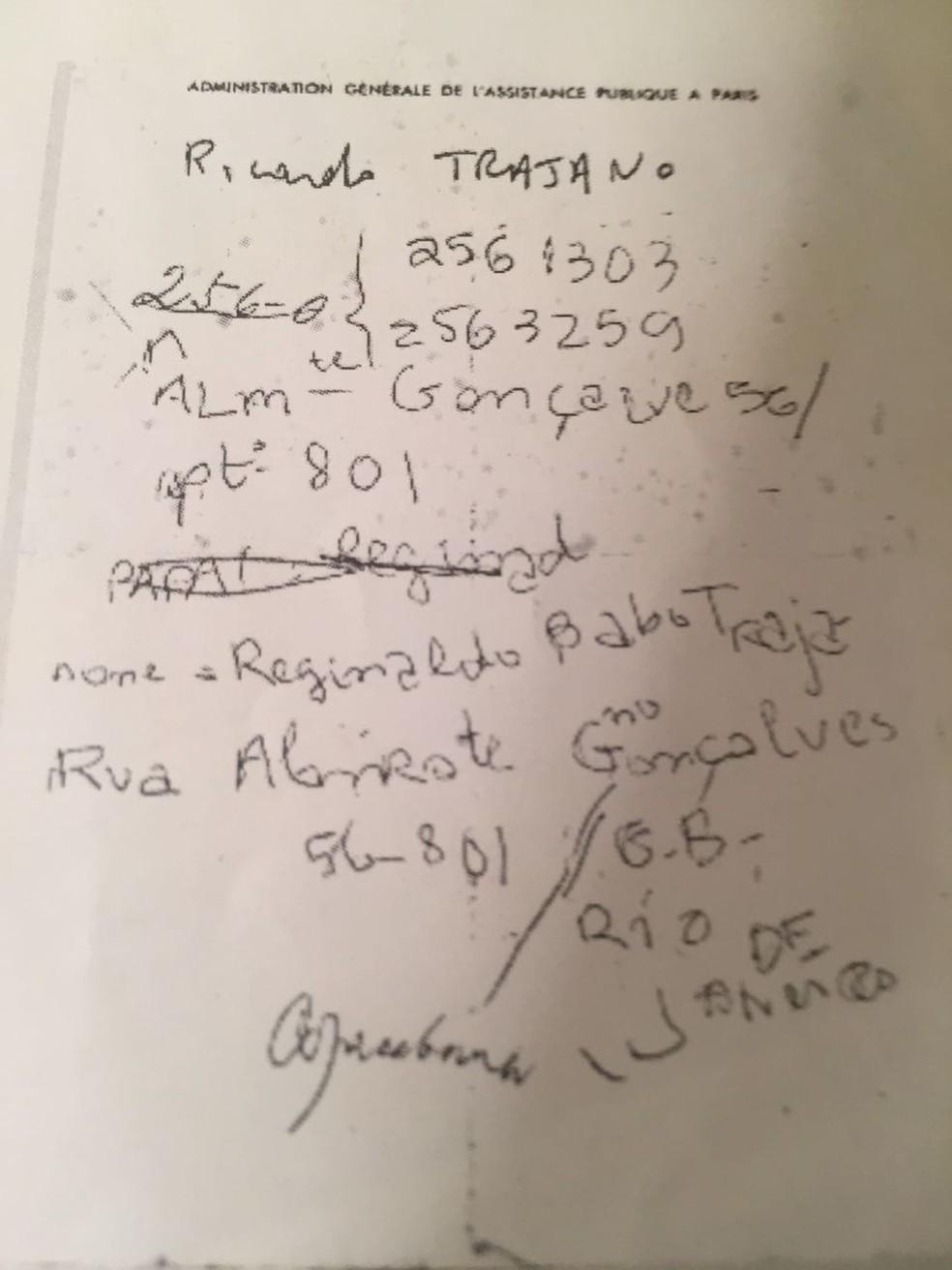 Em bilhete, Ricardo Trajano anotou os dados pessoais enquanto internado em hospital francês (Foto: Arquivo pessoal/Ricardo Trajano)