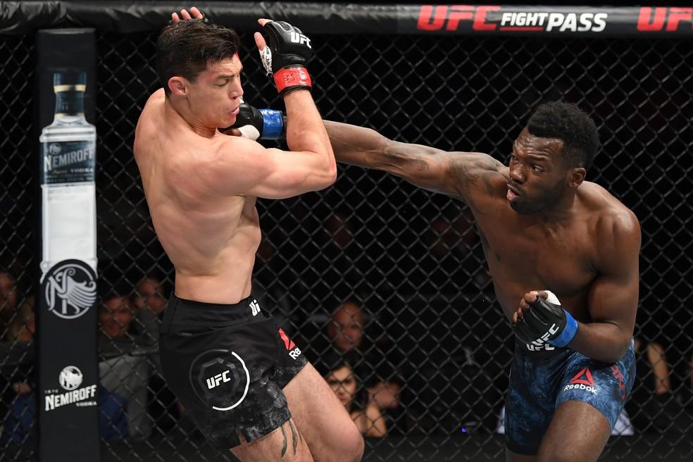 Dwight Grant acerta um golpe de direita em sua vitória sobre Alan Jouban no UFC 236 â?? Foto: Getty Images