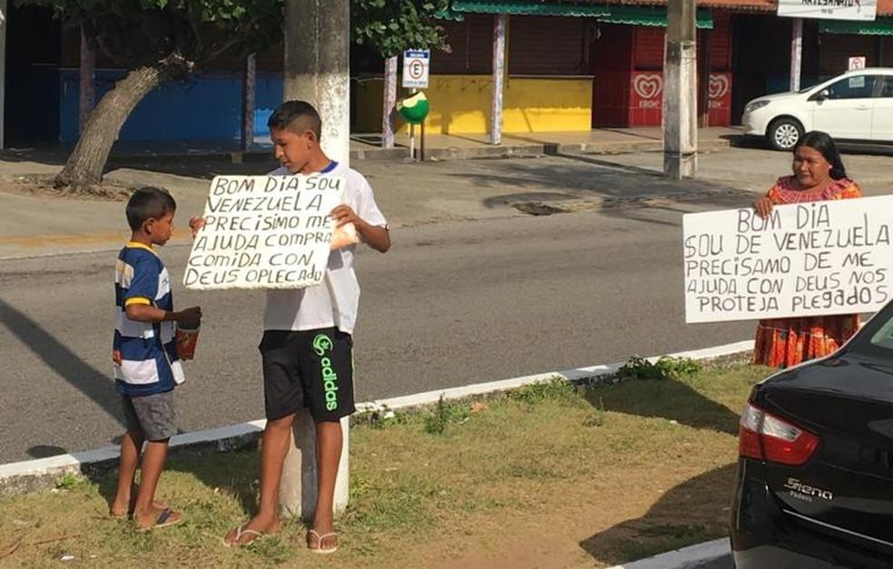 Venezuelanos que pedem dinheiro nas ruas de Natal são indígenas e têm dificuldade de conseguir trabalho — Foto: Rafael Barbosa/G1