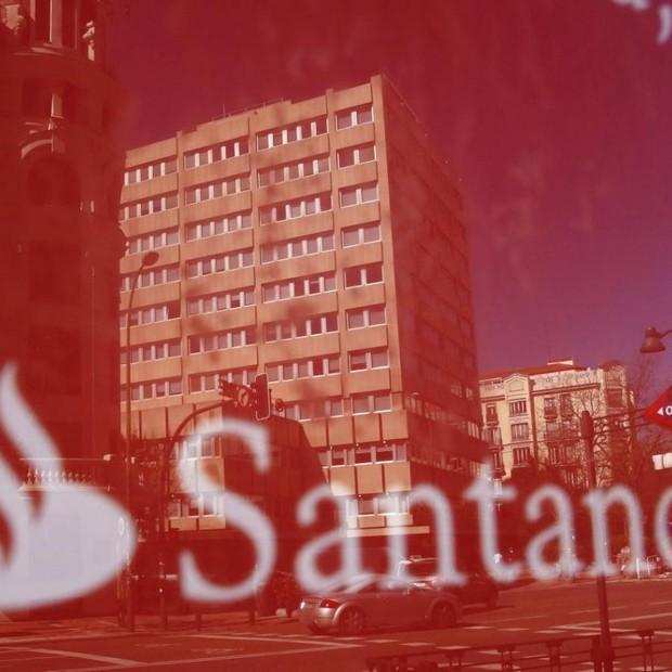 Reflexo dos prédios na fachada da agência do banco Santander em Madri (Foto: Juan Medina/Reuters)