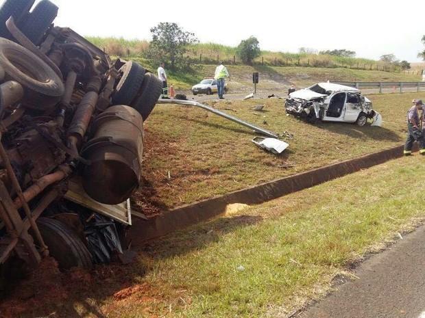 Carreta e carro capotaram em rodovia (Foto: Site J. Serafim Show / Divulgação)