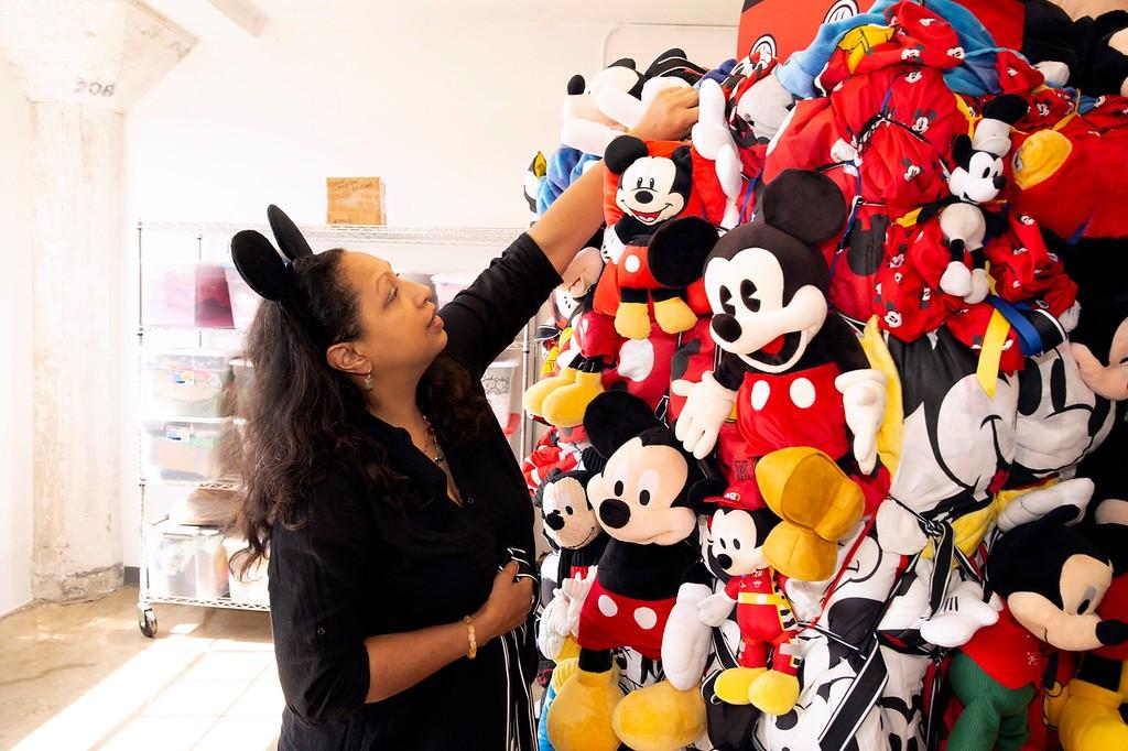 Grande escultura de fardos de pelúcias e peças de roupas clássicas do Mickey, de Shinique Smith (Foto: Divulgação)