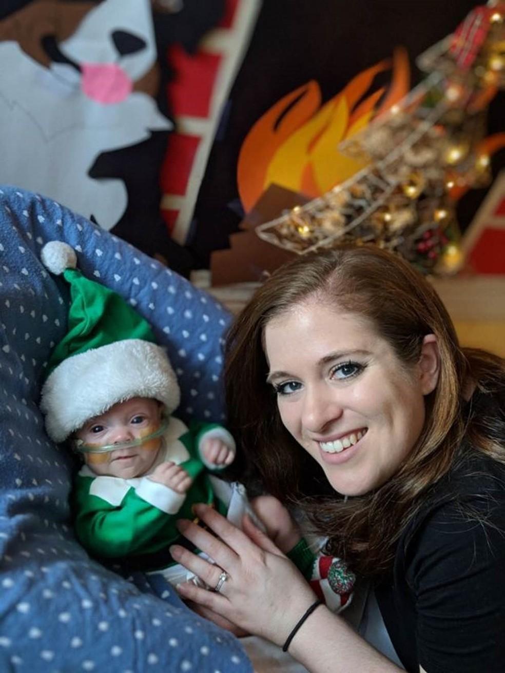 Connor fantasiado de duende para o Natal — Foto: JAIMIE E JOHN FLORIO