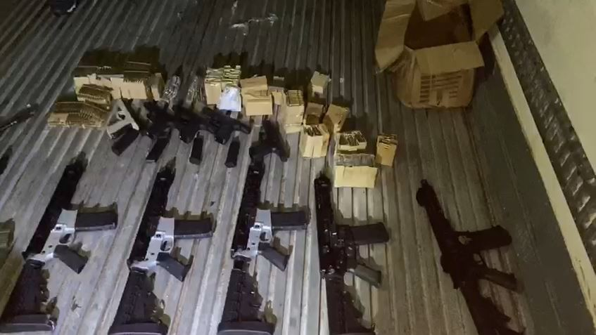 Polícia Civil apreende 7 fuzis e 2 toneladas de maconha em caminhão de frango na Av. Brasil