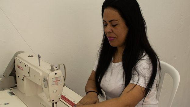 Flavia Maria da Silva, presa há seis anos, aprendeu a costurar na prisão  (Foto: BBC)