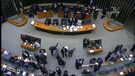 Maia adia votação do 'distritão' e fundo eleitoral para terça