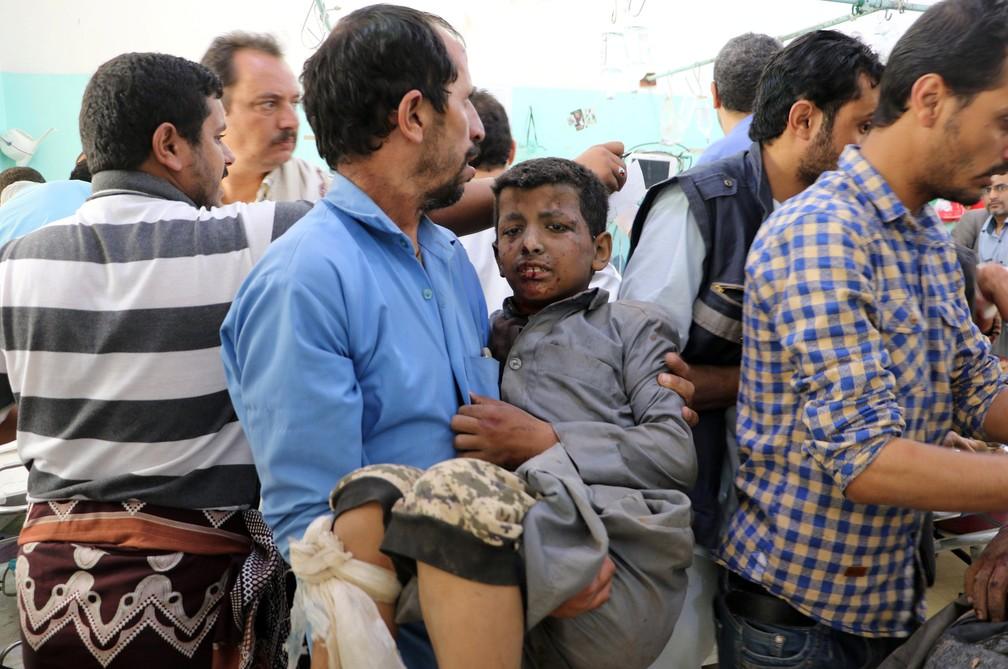 Menino ferido nesta quinta-feira (9) em ataque na província de Saada, no Iêmen, é atendido em hospital (Foto: Naif Rahma/Reuters)