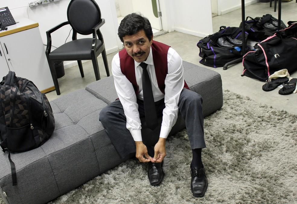 Marco Amaral Correia se prepara para entrar em cena como o garçom Elias (Foto: TV Globo)