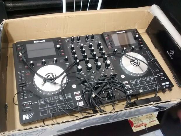Aparelho de som usado por DJs foi apreendido (Foto: G1)