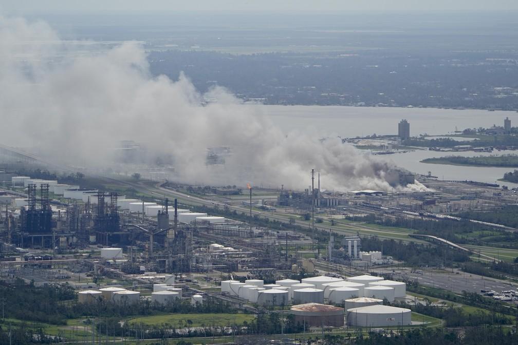 Passagem do furacão Laura danificou usina de produtos químicos em Lake Charles, nos EUA, nesta quinta-feira (27) — Foto: David J. Phillip/AP Photo