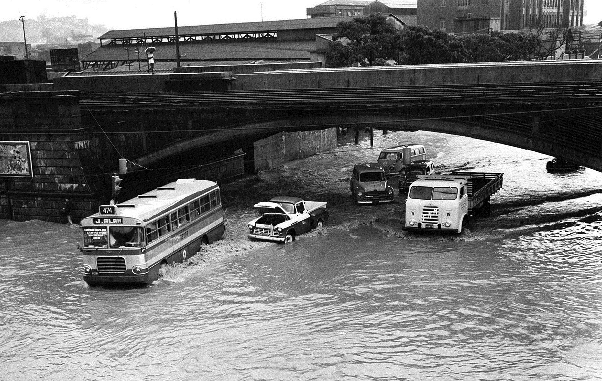 A Avenida Francisco Bicalho após uma chuva forte em 1966