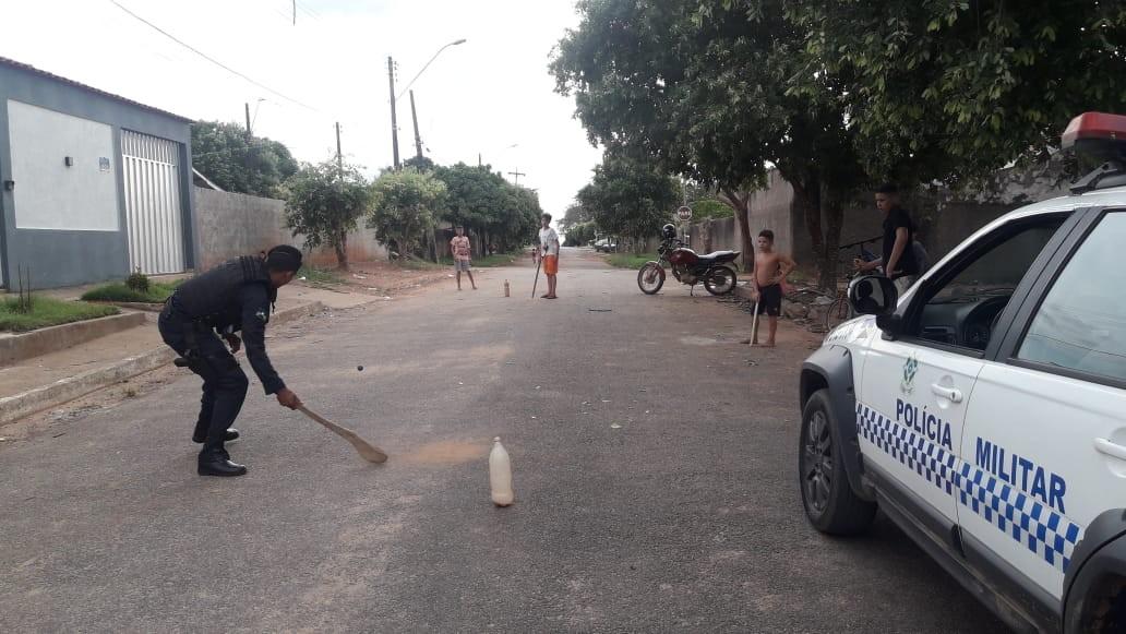 Vídeo mostra policial jogando bets com crianças em rua de Theobroma, RO