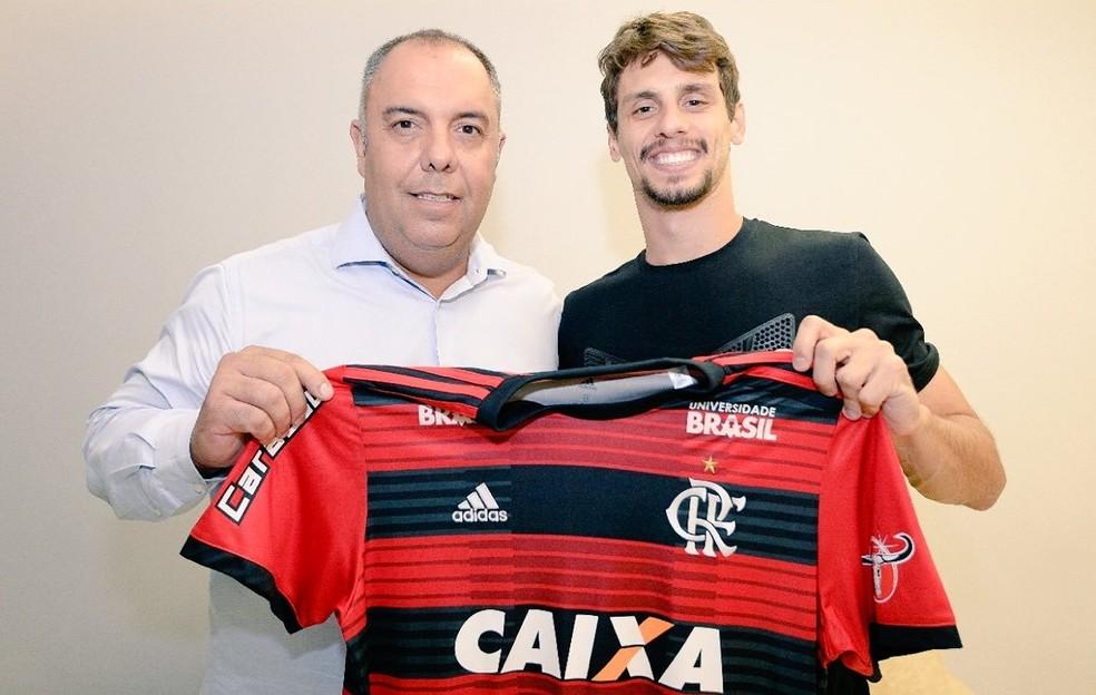 Marcos Braz junto a Rodrigo Caio: vice de futebol ficou no Rio atrás de mais reforços — Foto: Divulgação