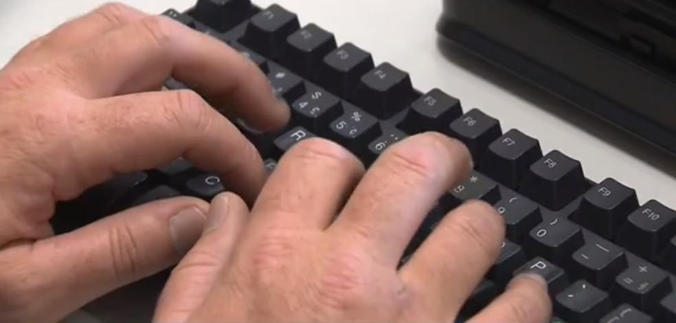 Imagem ilustrativa - Homem digita no teclado de computador — Foto: Reprodução/RPC