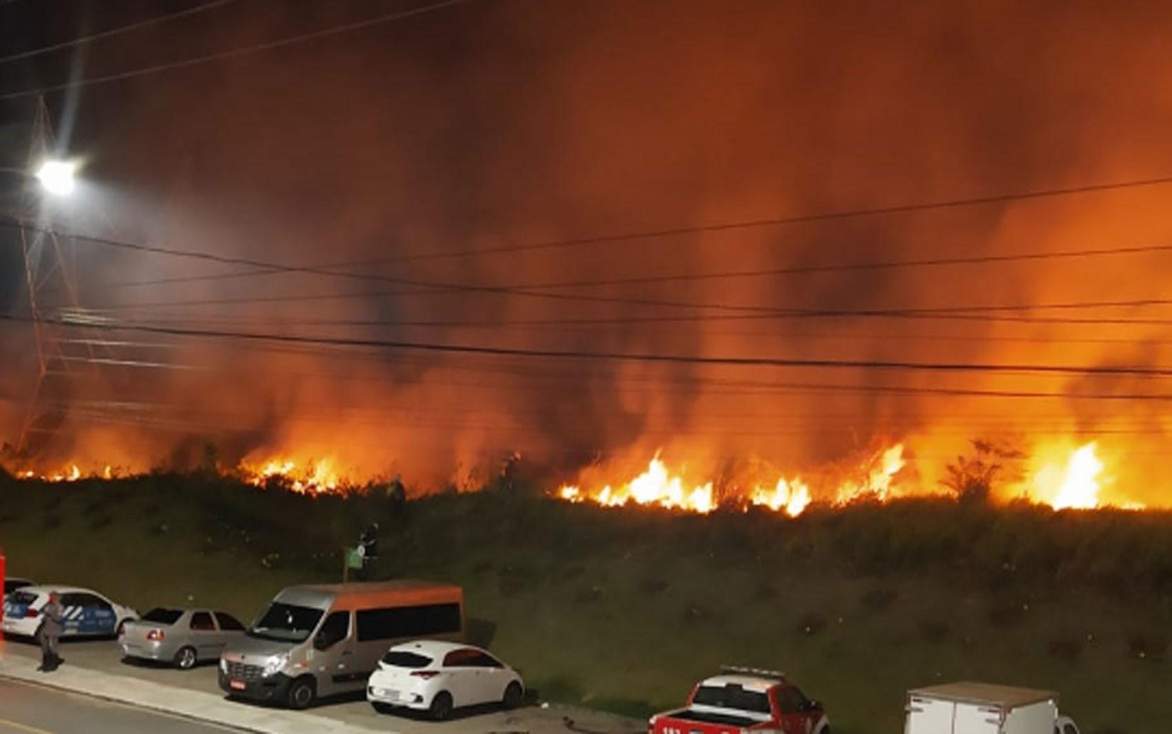 Incêndio atinge área de vegetação em bairro de Salvador; VÍDEO