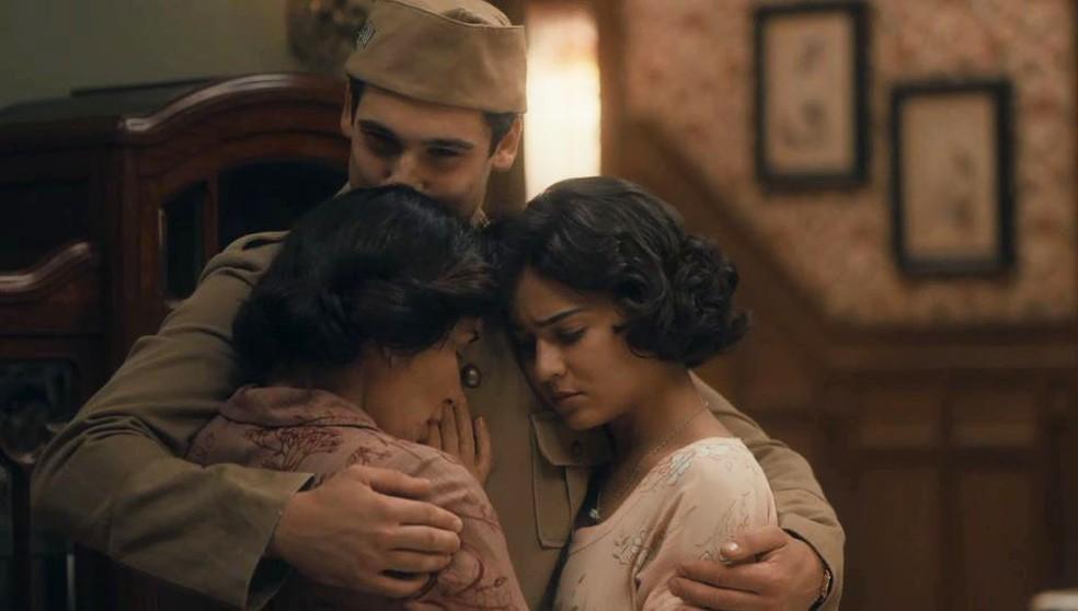Alfredo (Nicolas Prattes) abraça sua família antes de partir em 'Éramos Seis' — Foto: Globo