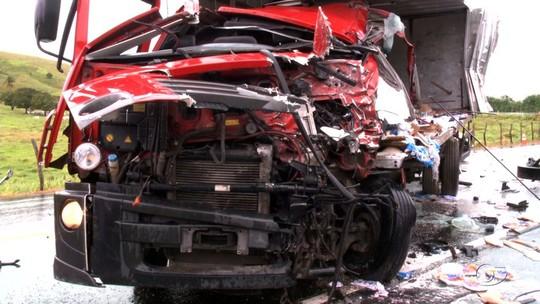 Acidente entre dois caminhões deixa feridos na BR-316, em Atalaia, AL