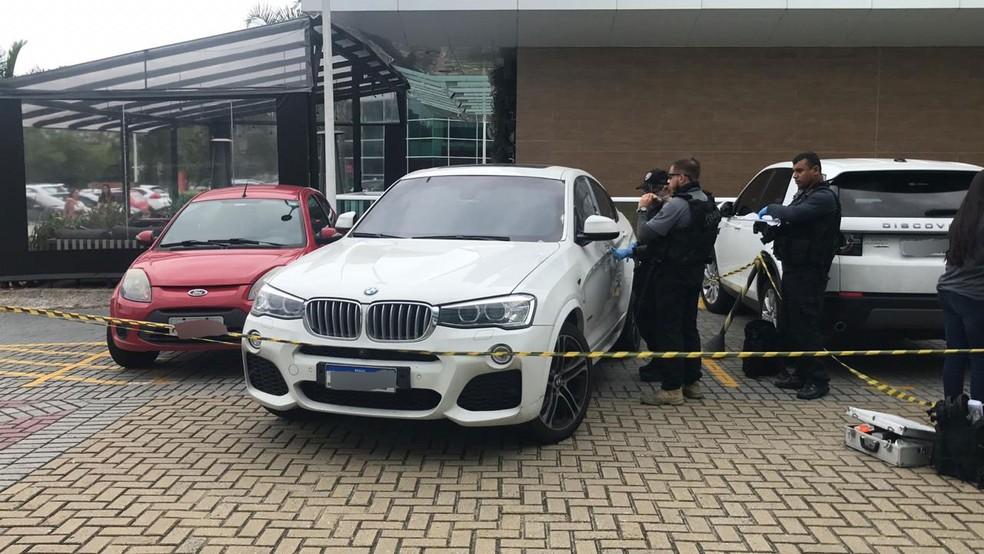 Carro de Shanna, um BMW, passa por perícia — Foto: Henrique Coelho / G1