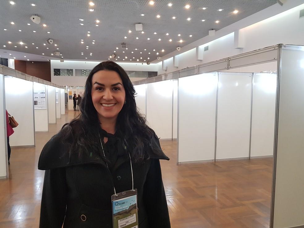 Eloah apresentanto trabalho em encontro da Federação de Sociedades de Biologia Experimental (Fesbe) — Foto: Carolina Dantas/G1