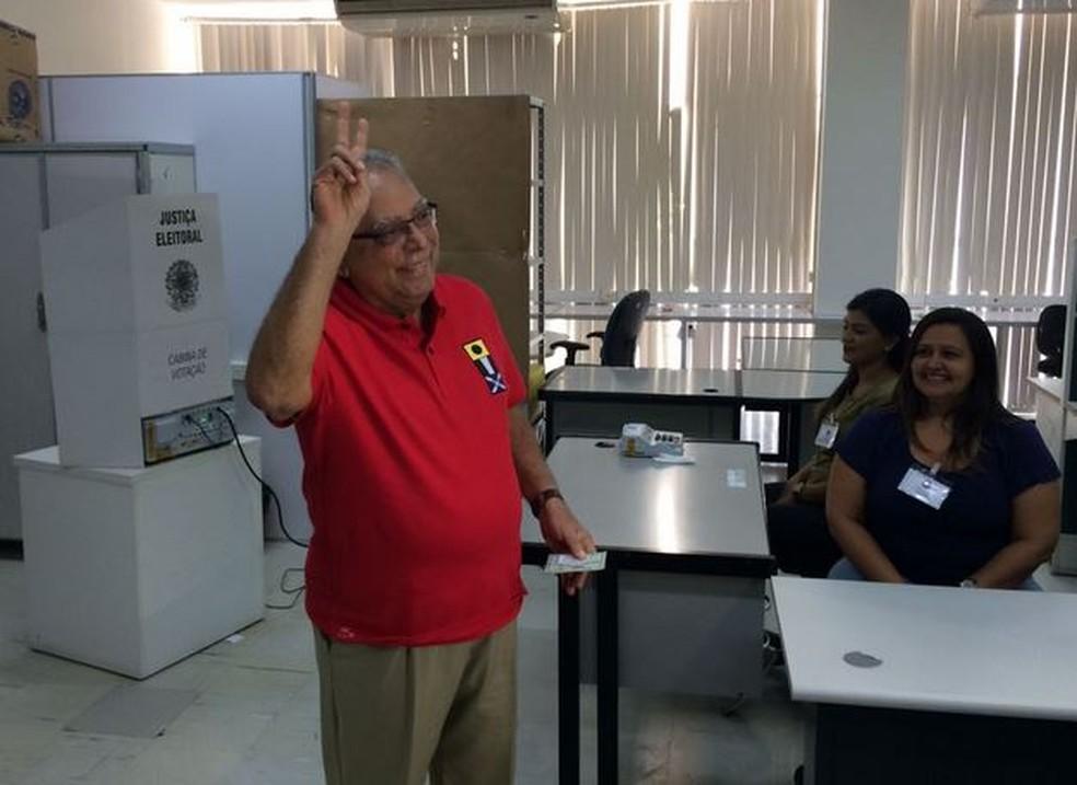 Amazonino Mendes (PDT) votou em Manaus (Foto: Mateus Castro/G1 AM)