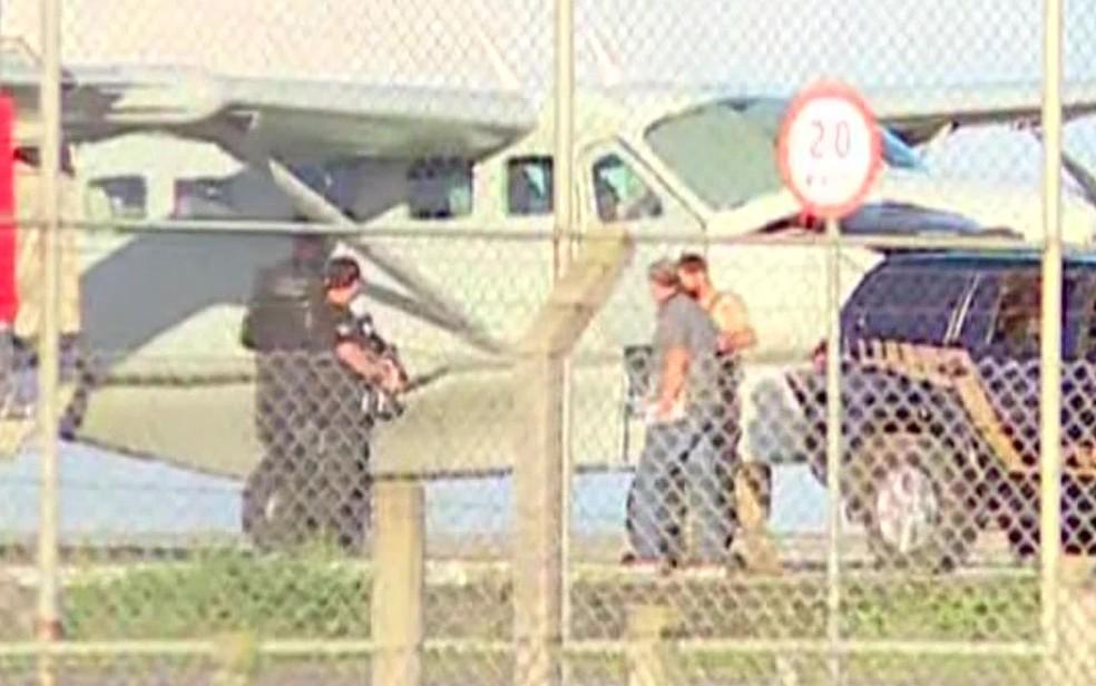 Cabral chega ao aeroporto de Curitiba para embarque (Foto: Reprodução/TV Globo)