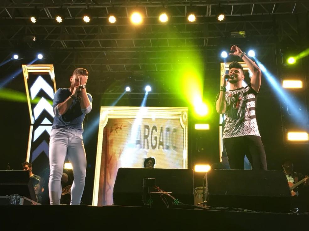 Zé Neto e Cristiano cantam Largado às Traças na Festa Junina de Votorantim — Foto: Ana Paula Yabiku / G1