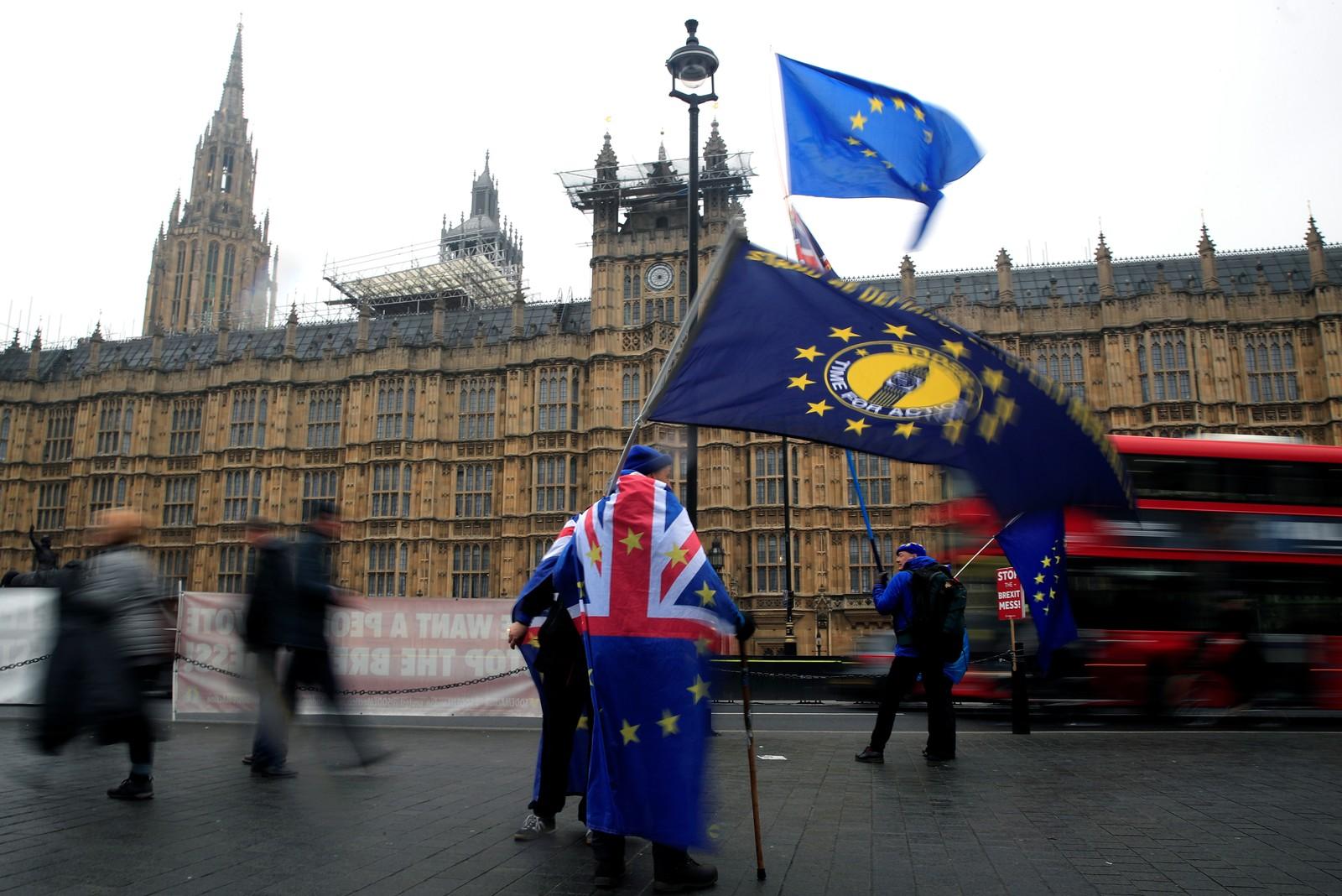 Manifestante protesta contra o Brexit em frente ao Parlamento britânico em Londres — Foto: Gonzalo Fuentes/Reuters