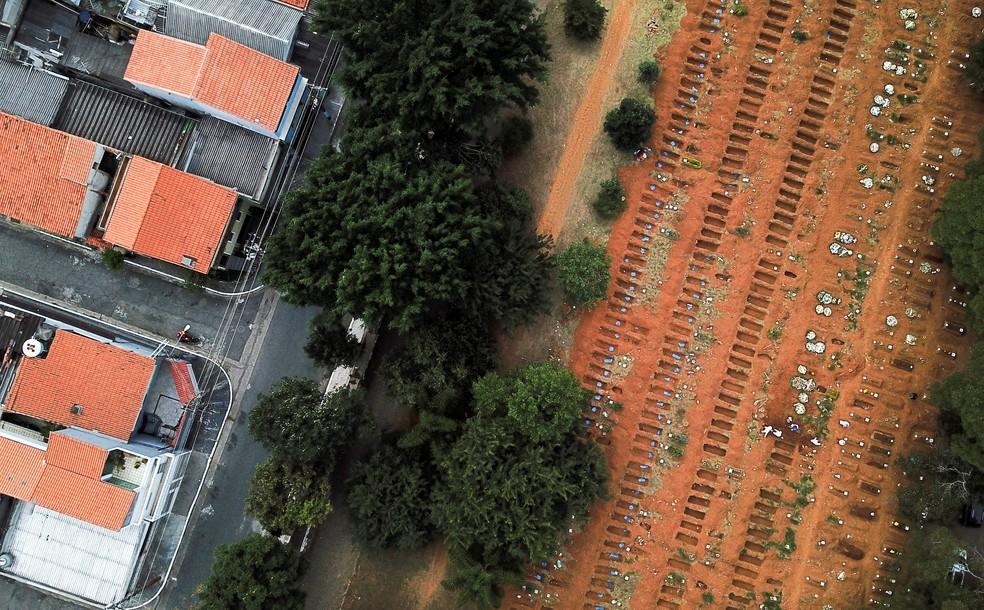 Enterro no cemitério da Vila Formosa, em São Paulo, durante pandemia de coronavírus (COVID-19) — Foto: Amanda Perobelli/Reuters