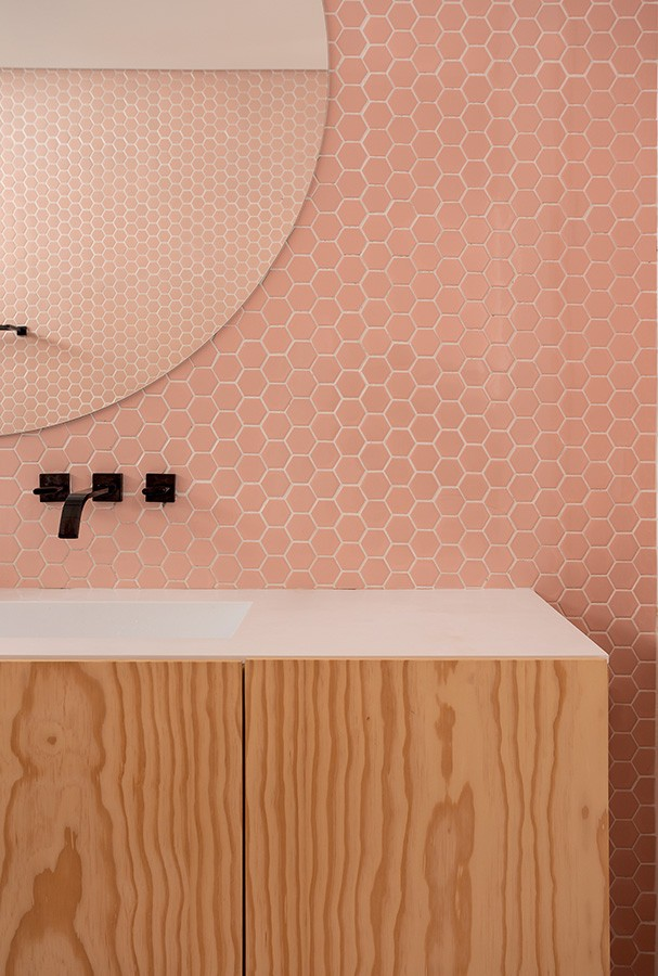 Detalhe do banheiro da suíte do casal, com pastilhas Decortiles. (Foto: Ricardo Bassetti)