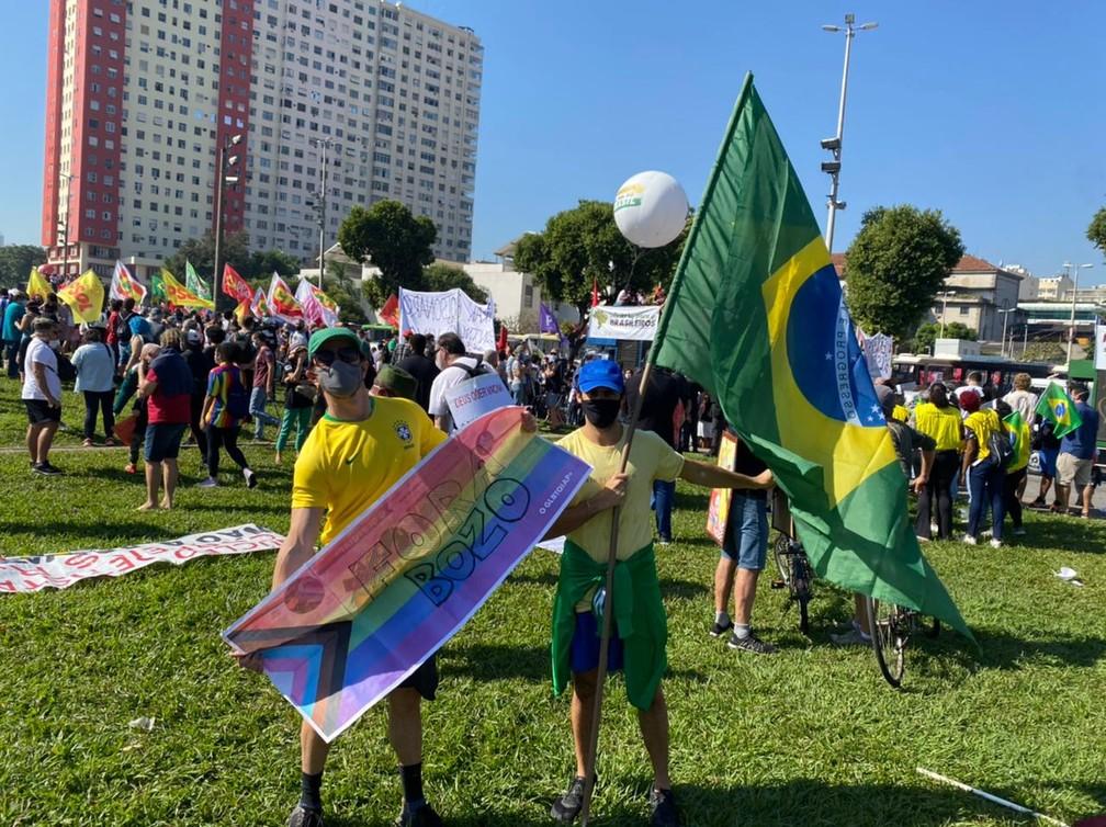 Manifestantes se concentram no Monumento a Zumbi, no Centro do Rio, em protesto contra o presidente Bolsonaro na manhã deste sábado (3) — Foto: Arthur Guimarães / TV Globo