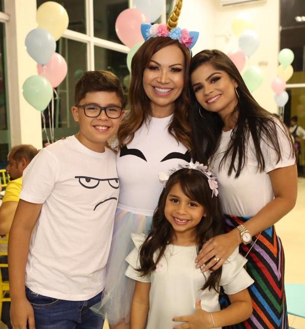 Sol Almeida com Isabele Timóteo e os filhos, José Enzo e Maria Isabella (Foto: Guirlanda Lima/Divulgação)